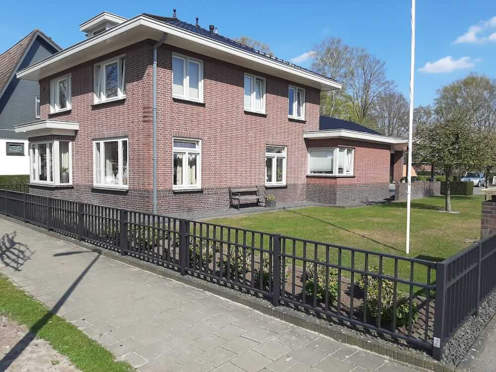 Schilderwerk huis en hek - Schildersbedrijf Leeuw & Bouwhuis Vroomshoop